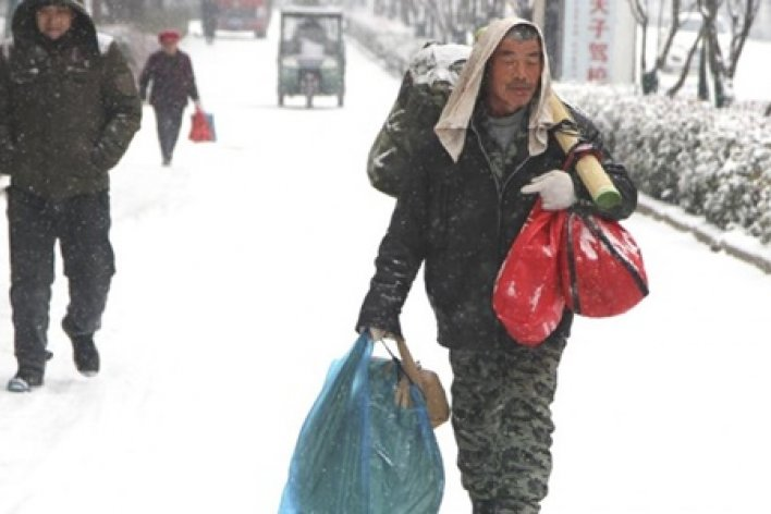 Công Nhân Trung Quốc Đi Bộ 40 km Dưới Tuyết Để Dành Tiền Xe Mua Đồ Tết Cho Vợ