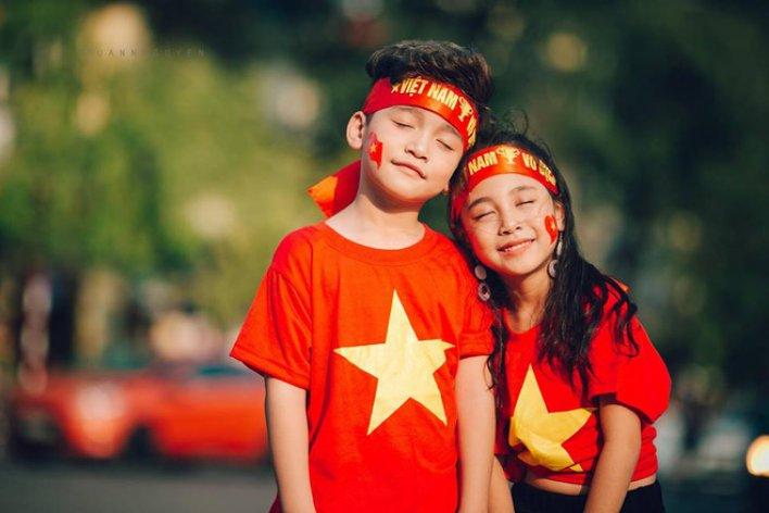 Hừng hực khí thế qua bộ ảnh hai mẫu nhí rủ nhau xuống đường cổ vũ Việt Nam vô đị