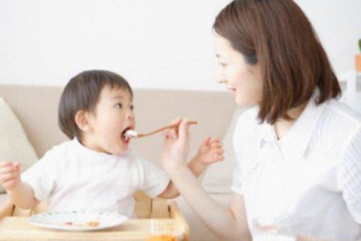 Tác Hại Của Việc Cho Trẻ Ăn Cơm Chan Nước Canh