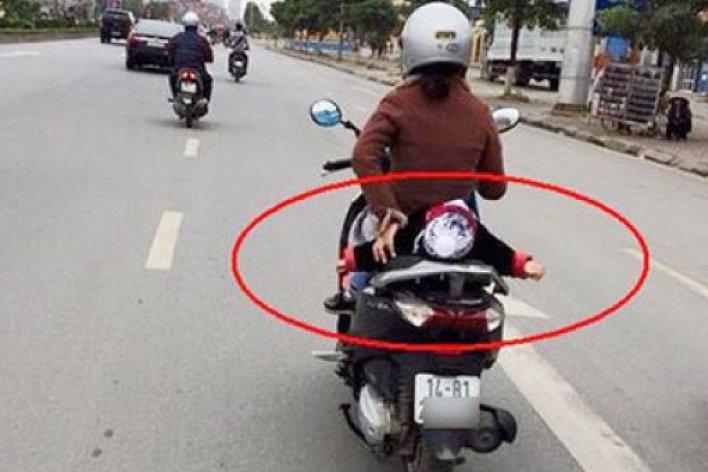 Bé gái 7 tháng tuổi rơi từ xe máy xuống đường bị chấn thương đầu