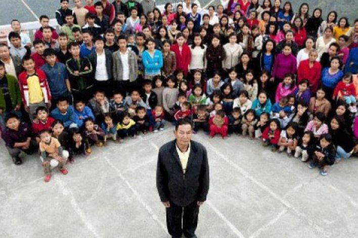 Người đàn ông có 39 bà vợ, 94 đứa con, 14 con dâu rể và 33 cháu.