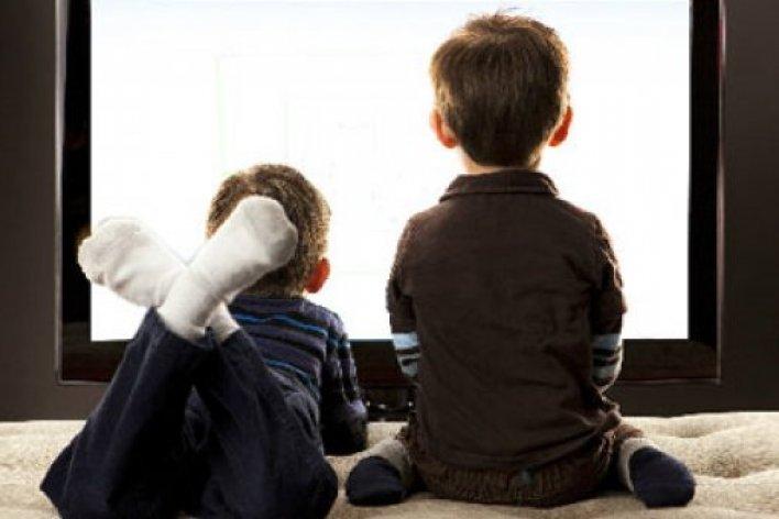 Cha mẹ chú ý: Tác Hại Khi Cho Trẻ Xem Tivi