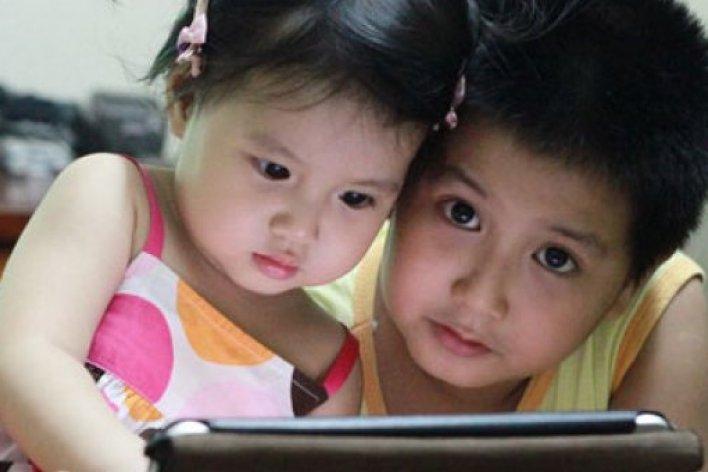 Trẻ Dưới 2 tuổi Chơi iPhone, iPad Chẳng Khác Nào Hại Con!