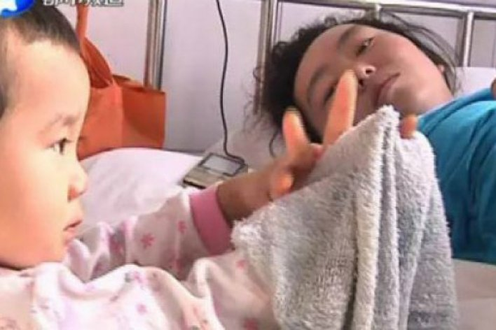 Bé 3 Tuổi Một Mình Chăm Sóc mẹ Trong Bệnh Viện