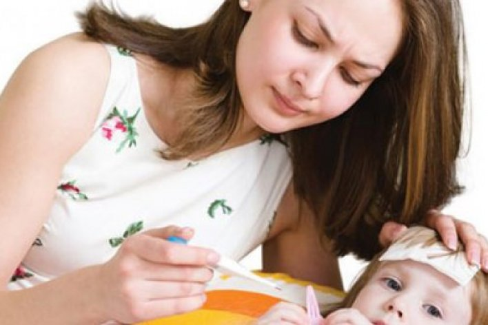 Những Việc Mẹ Thường Làm Khi Con Sốt Gây Hại Cho Con