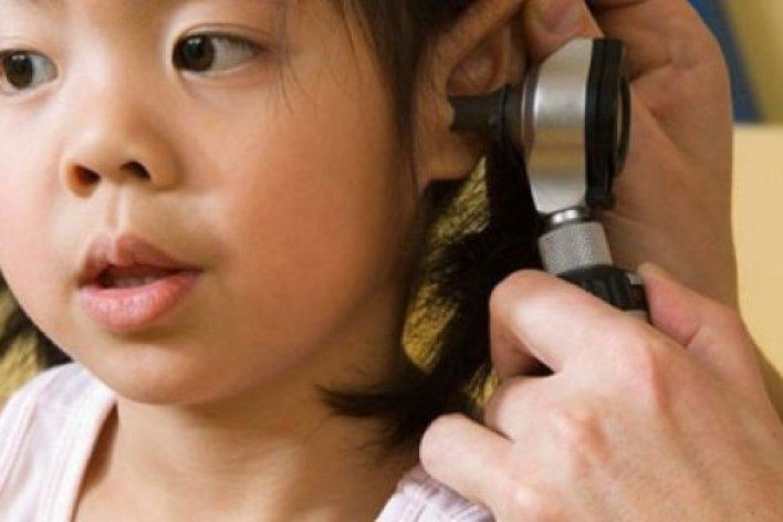 Bố Mẹ Cố Làm Điều Này Sẽ Khiến Con Viêm Tai Giữa Thậm Chí Bị Điếc
