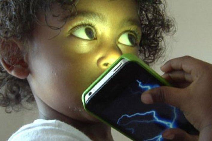 Cảnh Báo Về Tác Động Khủng Khiếp Của Điện Thoại Lên Bộ Não Trẻ Em