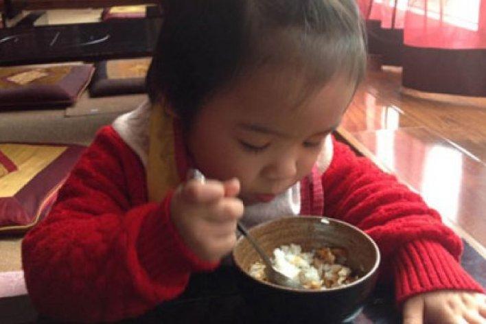 Ngưỡng Mộ Mẹ Việt Dạy Con Tự Xúc Ăn Từ 1 Tuổi
