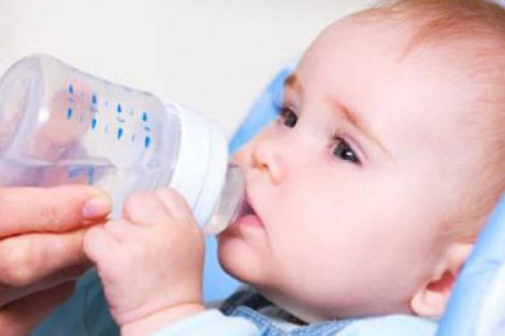 Tác Hại Không Ngờ Của Việc Cho Trẻ Sơ Sinh Uống Nước