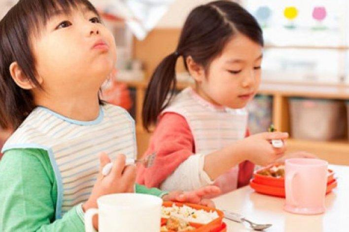 4 Lý Do Thuyết Phụ Mẹ Không Nên Cho Trẻ Vừa Ăn Cơm Vừa Uống Nước