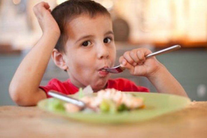Câu Thần Chú Của Mẹ Khiến Bé Ăn Sạch Sành Sanh Mọi Thứ