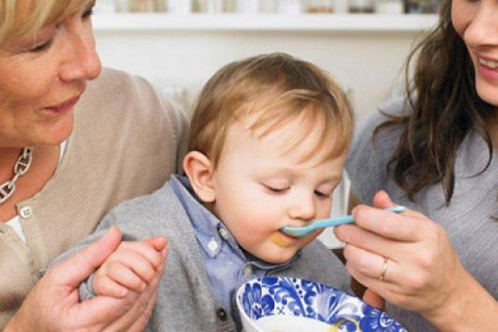 Bất Lực Nhìn Mẹ Chồng Cho Muối Vào Thức Ăn Dặm Của Con