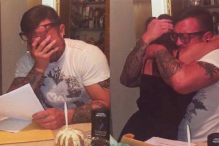 Cha dượng oà khóc vì món quà sinh nhật của con gái riêng của vợ mà anh chăm sóc