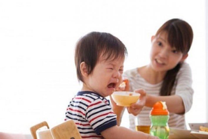Mỗi Lần Cho Con Ăn Là Tức Phát Khóc Lên Được ! Có Mẹ Nào Giống Thế Này Không?