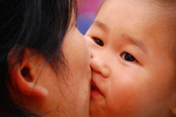 Hãy Từ Chối Không Cho Các Đối Tượng Này Hôn Con Mình Nhé Các Mẹ