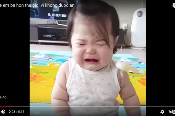 Chết Cười Với Em Bé Khóc Một Tiếng Ăn Một Miếng