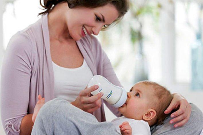Mẹ Hút Sữa Con Ti Bình Là Hiện Đại Hay Ích Kỷ?