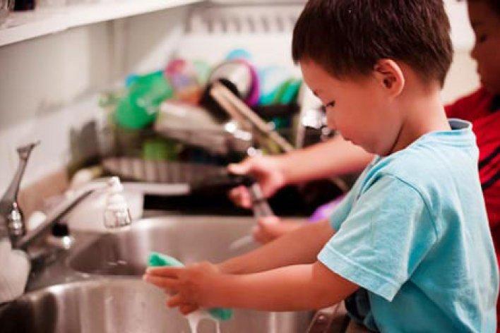 Dạy Con Làm Việc Nhà Là Tốt Cho Con Chứ Không Phải Bóc Lột Con Đâu Các Mẹ