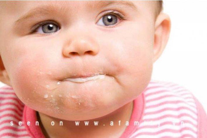 Mách Mẹ Trị Dứt Điểm Tật Ăn Cơm Ngậm Của Bé