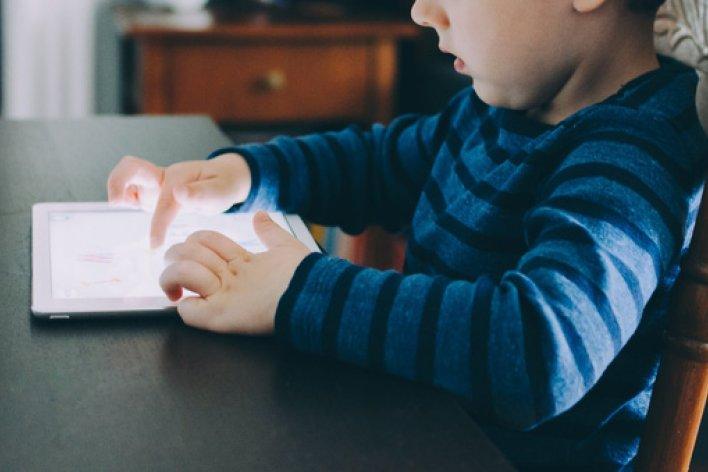 Trẻ Có Thể Gặp Các Vấn Đề Nghiêm Trọng Sau Khi Học Theo Các Clip Trên Youtube