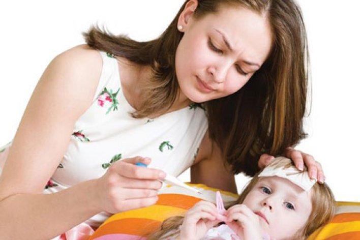 Mẹ Thường Làm Những Cách Này Để Hạ Sốt Mà Không Biết Đã Gây Hại Cho Con