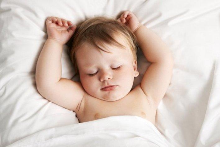 Vì Sao Trẻ Sơ Sinh Ngủ Hay Giơ Tay Lên Như Đầu Hàng