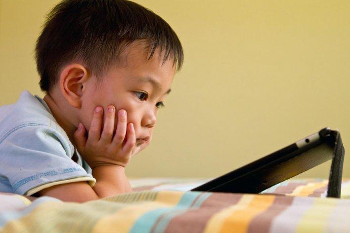 Cho Trẻ Dưới 2 Tuổi Xem Tivi Smartphone Là Hại Con