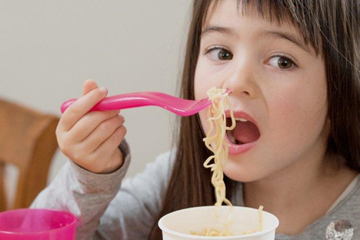 Mẹ Đừng Cho Trẻ Ăn 5 Thực Phẩm Này Trước Khi Đi Ngủ Nhé
