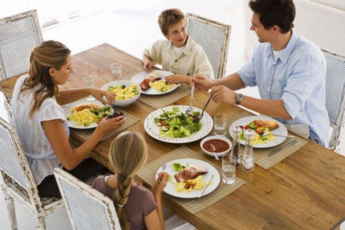 6 Phép Lịch Sự Khi Ăn Uống Cơ Bản Nhất Nên Dạy Cho Bé