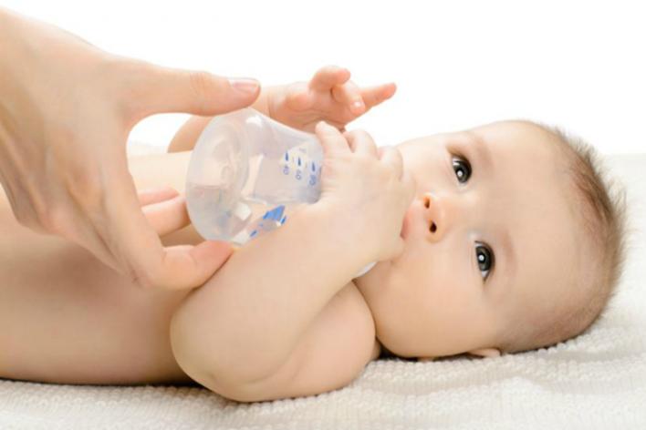 Lý Do Mẹ Tuyệt Đối Không Cho Trẻ Dưới 6 Tháng Uống Nước